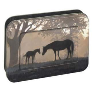 Hevonen ja varsa -kortit peltirasiassa